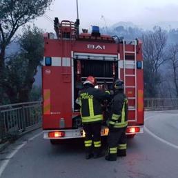 Incendio nel ponente di Genova. L'innesco forse da un traliccio Enel caduto per il vento